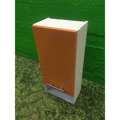 Valge seinakapp oranži uksega