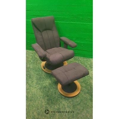 Brūns kastaņu krēsls pēc kārtas