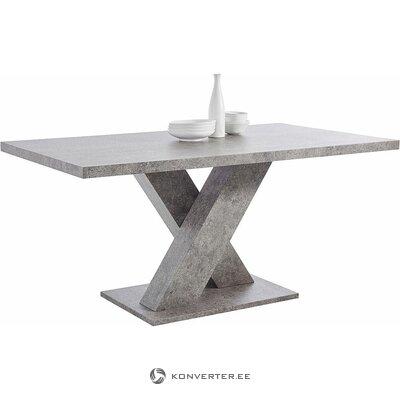 Salons lielajā pusdienu galdā