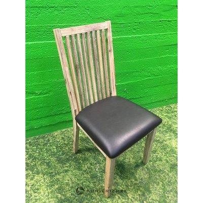 Šviesiai ruda masyvi medinė kėdė