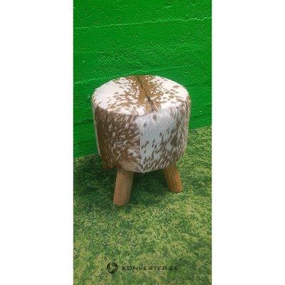 Garbanotas odos padengtas išmatas ant medinių kojų