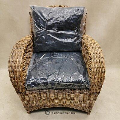 Садовое кресло из ротанга с подушками