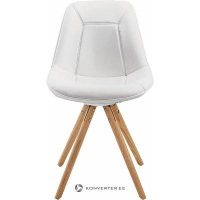 Mīksto baltu dizaineru krēsls uz koka kājām