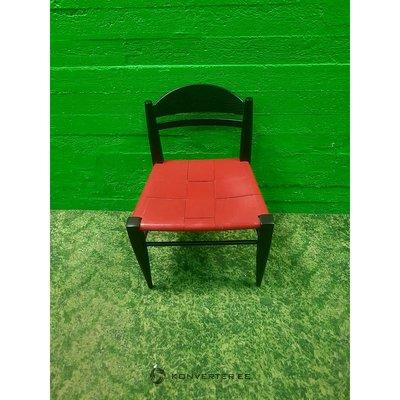 Инструмент с красным сиденьем