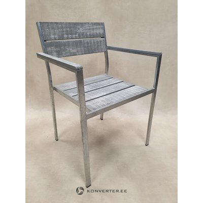 Harmaa metalli ja puinen puutarhatuoli (kauneusvikoilla)