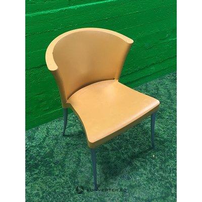 Oranssi muovinen tuoli