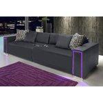 Tummanharmaa leveä sohva, jossa valaistus