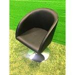 Musta nahkainen kääntyvä tuoli (kokonainen, laatikossa)