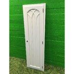 Valge väike puidust lukustatav uks lengiga