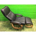 Melns ādas krēsls pēc kārtas