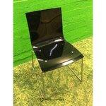Must plastikust tool metallist jalgadega