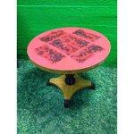 Красный круглый стол с массивной древесиной