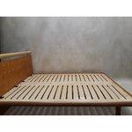 Vaaleanruskea puinen sänky
