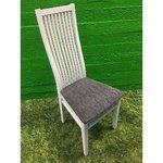 Valge puidust tool kõrge seljatoe ja halli istmega