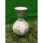 Белая керамическая ваза с рисунком