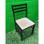 Musta tuoli pehmeällä istuimella