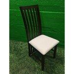 Tumepruun tool pehme valge istmega (Terve)