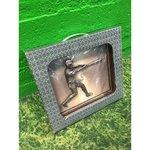 Puitraamis pesapalluri metallskulptuur