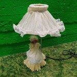 Белая настольная лампа с нукусом