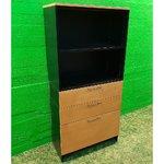 Musta ja valkoinen toimistokaappi, jossa on 2 laatikkoa ja yksi asiakirjansyöttölaite (avaimella)