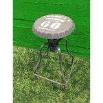 Brown metāla bāra krēsls