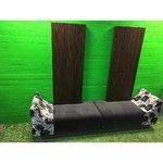 Pitkä kolmiosainen sohva, jossa korkeat selkänoja