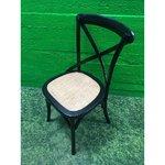 Must täispuit tool punutud istmega.